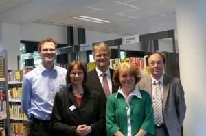 Thomas Ritzenhoff (Mitte) beim Besuch der Bücherhalle Wandsbek