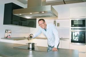 """Tim Sperber in seiner Küchenausstellung als """"Pottkieker"""""""
