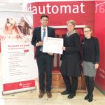 Meike Wollner aus Bramfeld gewinnt 5.000 Eure beim Los-Sparen der Sparkasse Holstein